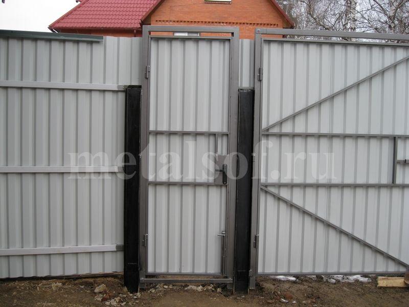 Калитка в распашных воротах